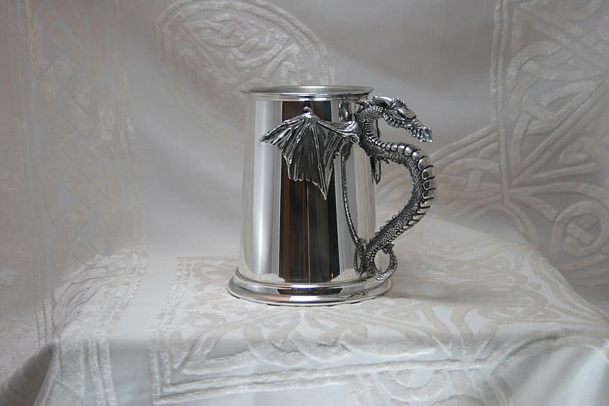 Пивная кружка 'Крылья дракона'. Очень подробная гравировка дракона придумана в Англии.